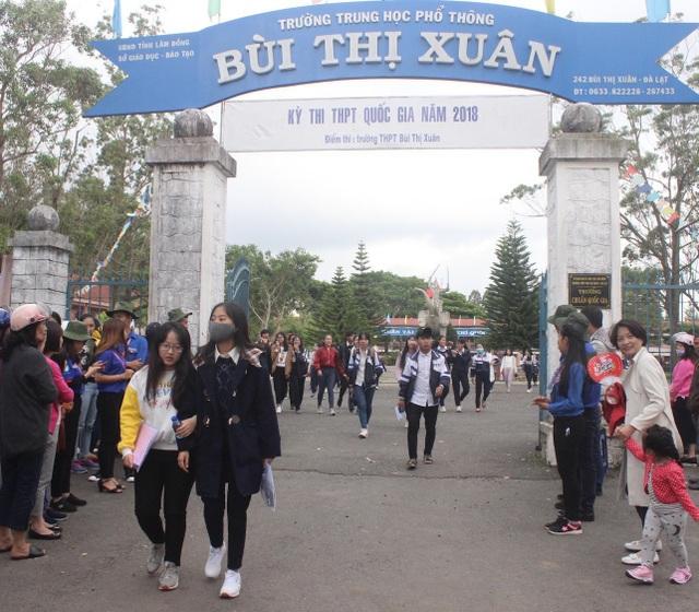 Thí sinh ở Lâm Đồng kết thúc môn thi Ngoại ngữ. (Ảnh: Ngọc Hà)