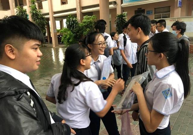 Nhiều thí sinh ở Cần Thơ vui vẻ rời phòng thi vì làm bài môn tiếng Anh khá tốt. (Ảnh: Phạm Tâm)
