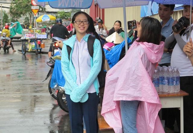 Nữ sinh này vui vẻ vì hoàn tất kỳ thi THPT quốc gia quan trọng. (Ảnh: Lê Phương)