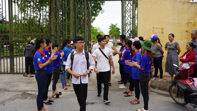 Thí sinh tại Thanh Hóa ra về sau buổi thi Ngoại ngữ. (Ảnh: Nguyễn Thùy)