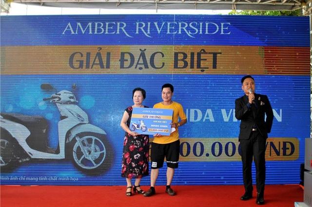 Chủ đầu tư trao giải cho khách hàng trúng thưởng trong sự kiện
