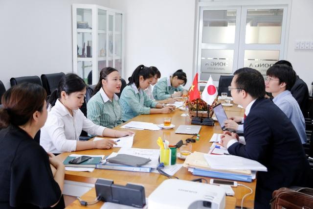 Ngô Thị Hương Xuân, Huỳnh Mỹ Hoàng và Nguyễn Thị Thanh Thúy tại buổi phỏng vấn trực tiếp với đại diện tập đoàn 7-Eleven.