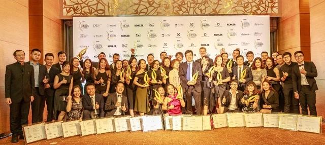 Ông Chen Lian Pang, Tổng Giám Đốc CapitaLand Việt Nam nhận giải thưởng Chủ Đầu Tư xuất sắc (ảnh trên) và tập thể CapitaLand nhận các giải thưởng.