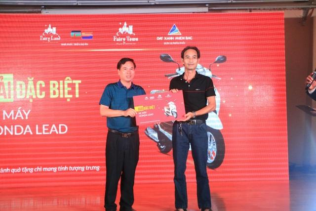 Đại diện CĐT FairyLand trao giải đặc biệt cho Khách hàng Nguyễn Quang Huy
