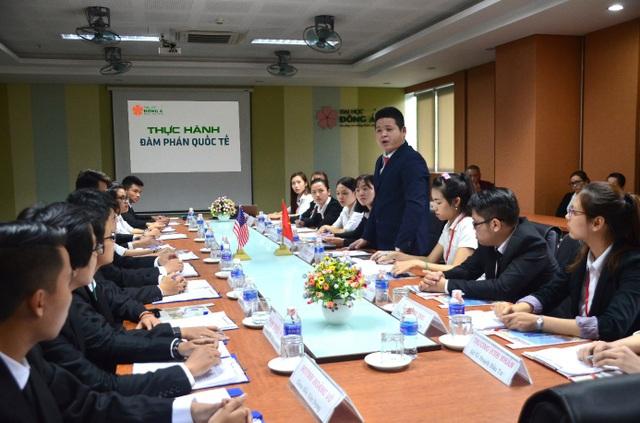 Một buổi thực hành đàm phán cùng chuyên gia quốc tế của sinh viên QTKD ĐH Đông Á.