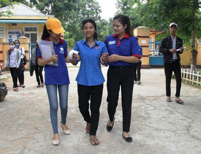 Các tình nguyện viên dìu thí sinh Hà đến điểm thi.