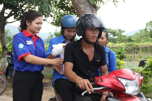 Thí sinh Hà được đội tình nguyện hỗ trợ đến trường thi