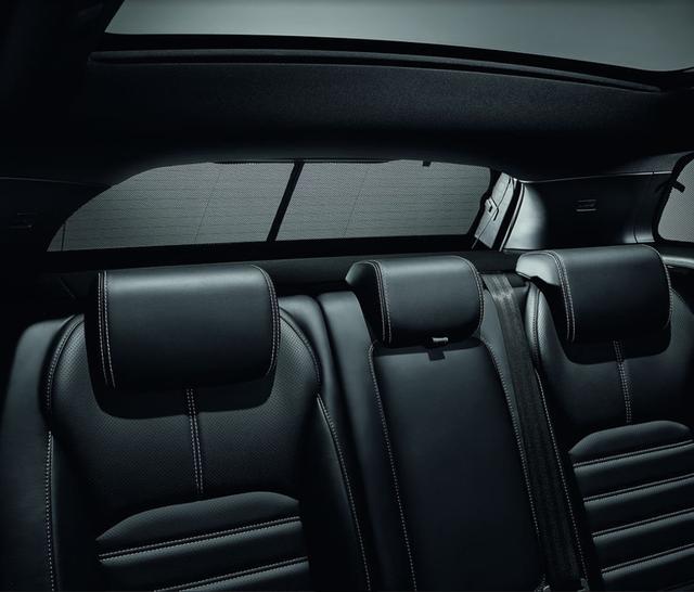 Range Rover Evoque cho phép gập hàng ghế sau, giúp nới rộng khoang hành lý lên 1.445 lít.
