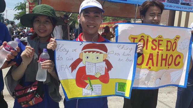 Lực lượng tiếp sức mùa thi tại huyện Tư Nghĩa (tỉnh Quảng Ngãi) động viên thí sinh bằng những hình vẽ ngộ nghĩnh