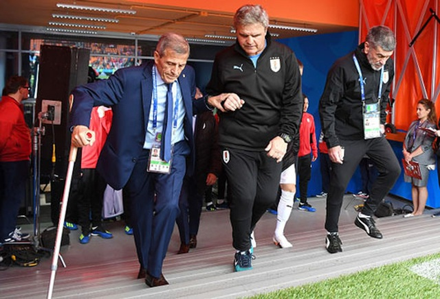Hình ảnh cảm động của HLV Oscar Tabarez của đội tuyển Uruguay tại World Cup 2018