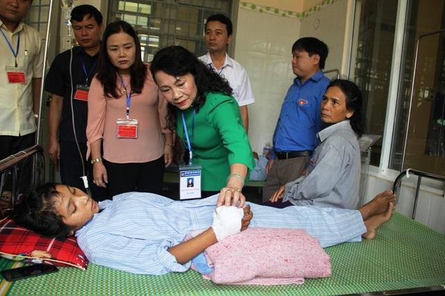 Thứ trưởng Bộ GD&ĐT Nguyễn Thị Nghĩa thăm hỏi động viên sức khỏe thí sinh Hồ Thị Hà.