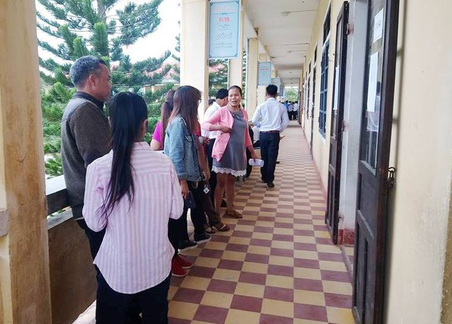 Các thí sinh lớn tuổi tại huyện A Lưới dự thi ở trường Tiểu học Kim Đồng