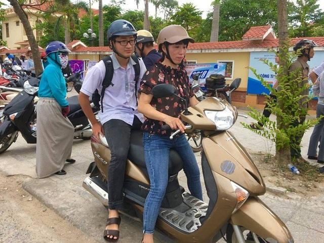 Ngay sau khi rời trường thi, Tuấn Thủy đã được mẹ dùng xe máy chở quay trở lại bệnh viện để sẵn sàng cho ca mổ sắp tới.