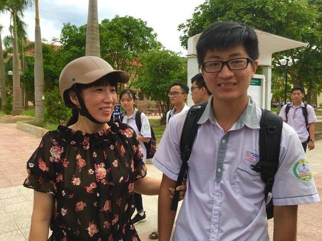 Thí sinh Nguyễn Đình Tuấn Thủy vi mừng vì đã hoàn thành được kỳ thi THPT Quốc gia 2018
