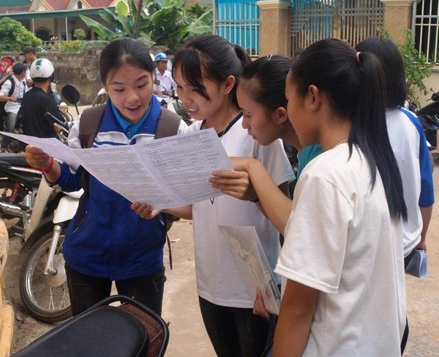 Các thí sinh đang bàn luận về phần thi của mình. (Ảnh: Nguyễn Tú)