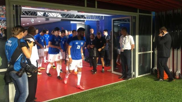 Các cầu thủ Iran ra sân khởi động