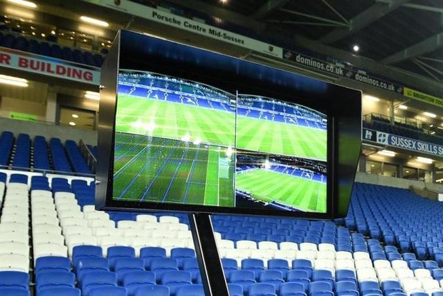 Trọng tài có thể xem lại tình huống bằng màn hình bên ngoài sân với rất nhiều góc quay khác nhau