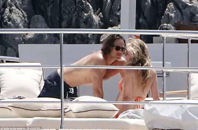 Khoảnh khắc ngọt ngào của Gwyneth Paltrow và hôn phu Brad Falchuk trong kỳ nghỉ tại Ý