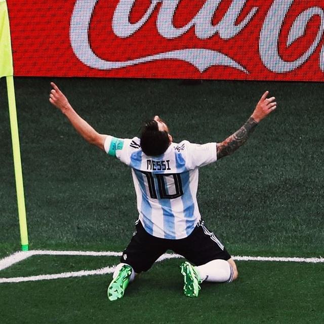 Bức ảnh tuyệt đẹp về Messi khi ăn mừng bàn thắng. Mọi gánh nặng trên vai Messi đã được trút bỏ
