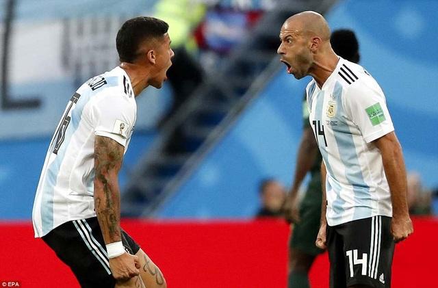 Mascherano và Rojo nhiều lần khiến người hâm mộ Argentina thót tim với những sai lầm