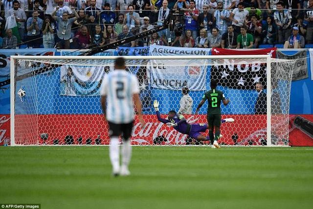 ... trước khi đánh bại Uzoho, mở tỷ số cho Argentina ở phút 14