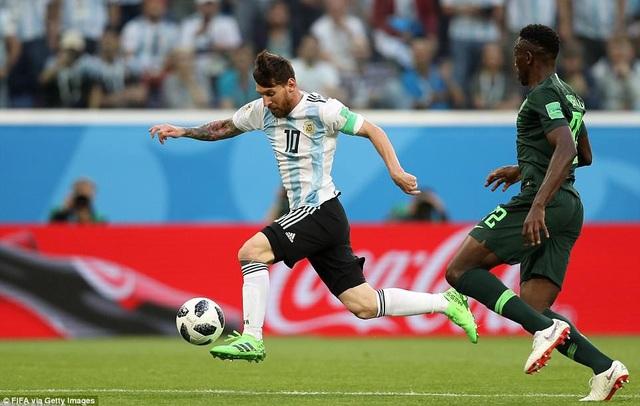 Tình huống Messi vượt qua hậu vệ Nigeria...