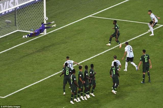 Messi tiếc nuối với pha đá phạt tìm đúng cột dọc ở hiệp 1