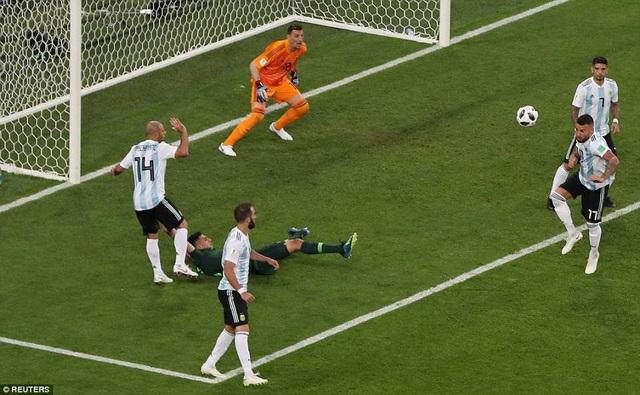 Tội đồ Mascherano phạm lỗi vô duyên với Leon Balogun khiến Argentina chịu quả phạt đền