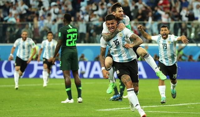Messi ăn mừng phấn khích sau khi Marcos Rojo nâng tỷ số lên 2-1