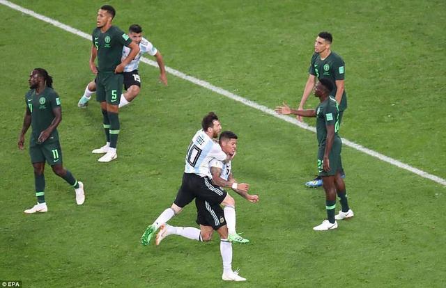 Messi chia vui với Rojo, cả hai đều là người hùng của Argentina trước Nigeria