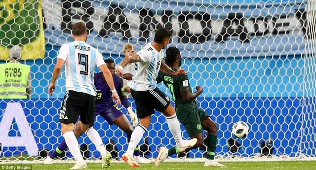 Khoảnh khắc Rojo ghi bàn ấn định chiến thắng 2-1 cho Argentina ở phút 86