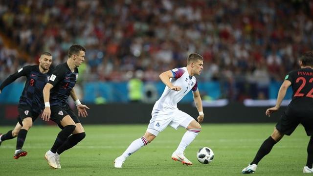 Gudmundsson trong vòng vây của các cầu thủ Croatia