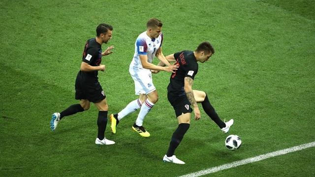 Các cầu thủ Croatia (áo đen) chỉ tung ra sân đội hình hai ở trận đấu cuối cùng của bảng D