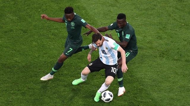 Một mình Messi trong vòng vây các cầu thủ Nigeria