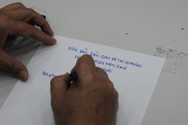 Viết biên bản bàn giao đề thi dự phòng cho Sở GD&ĐT Hà Nội.
