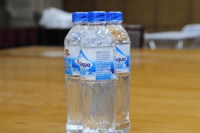 Thức uống chủ yếu của cán bộ in sao đề thi là nước uống đóng chai và sữa hộp.