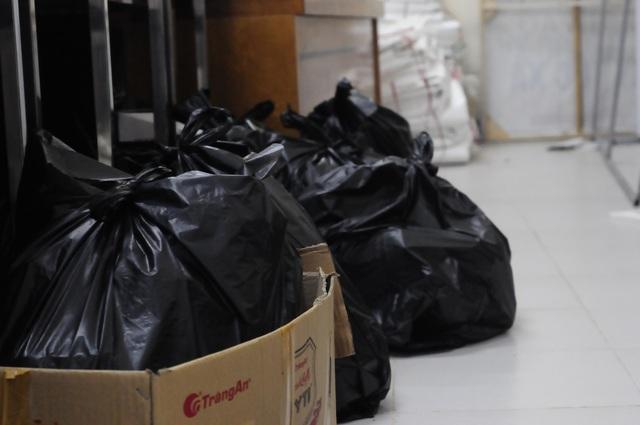 Các túi rác thải được buộc lại, đến khi kết thúc kì thi mới được vận chuyển ra ngoài.