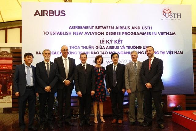 Đại sứ Pháp, Airbus và các đại diện phía Việt Nam tại lễ ký kết thỏa thuận hợp tác giữa Airbus và trường Đại học USTH sáng 27/6, tại Hà Nội