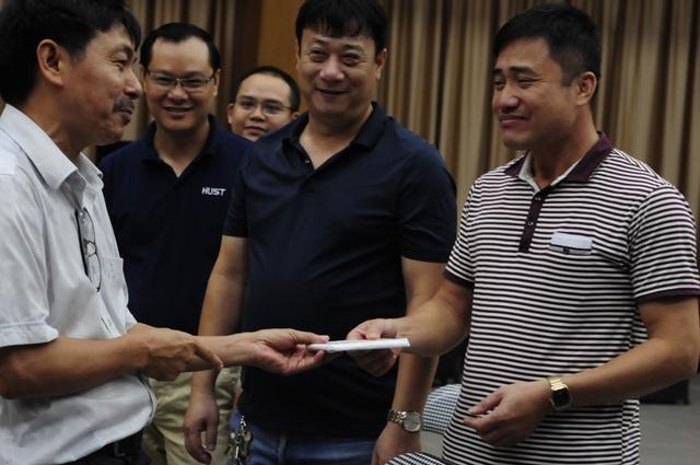 PGS Trần Văn Tớp, Phó Hiệu trưởng ĐHBK Hà Nội trả lại điện thoại đã niêm phong cho cán bộ làm công tác in sao đề thi vùng lõi sau khi kết thúc kì thi.