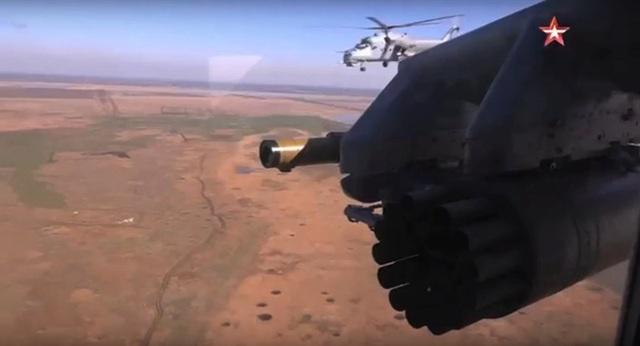 Trực thăng quân sự Nga chuẩn bị bắn rocket S-80FP (Ảnh: Zvezda)