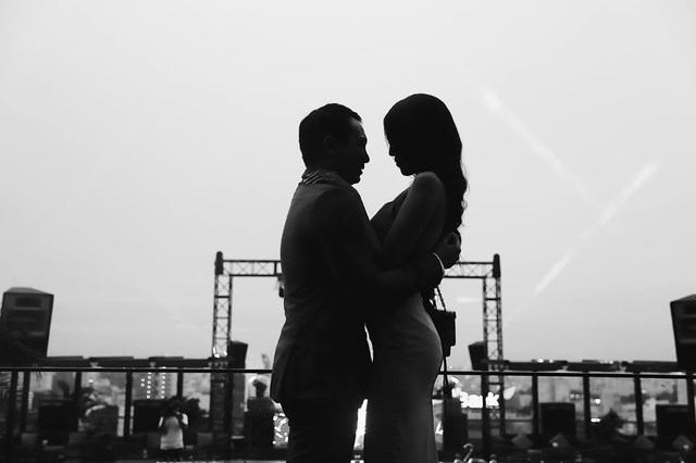 Bạn trai đại gia chuẩn đã bị khá chu đáo cho buổi cầu hôn khi tạo ra một không gian vô cùng lãng mạn trên sân thượng tại một tòa nhà ở TPHCM.