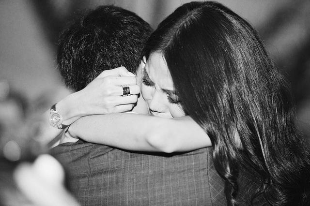 Lan Khuê xúc động đến bật khóc khi nhận được màn cầu hôn tình cảm của bạn trai đại gia