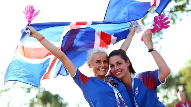 Hai nữ cổ động viên xinh đẹp của Iceland