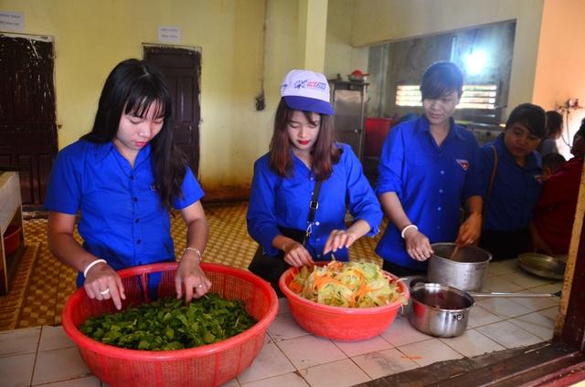 Bữa cơm bổ dưỡng do những đầu bếp không chuyên nấu