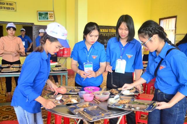 Những mâm cơm được chuyển bị rất công phu cho các bạn thanh niên tình nguyện nấu