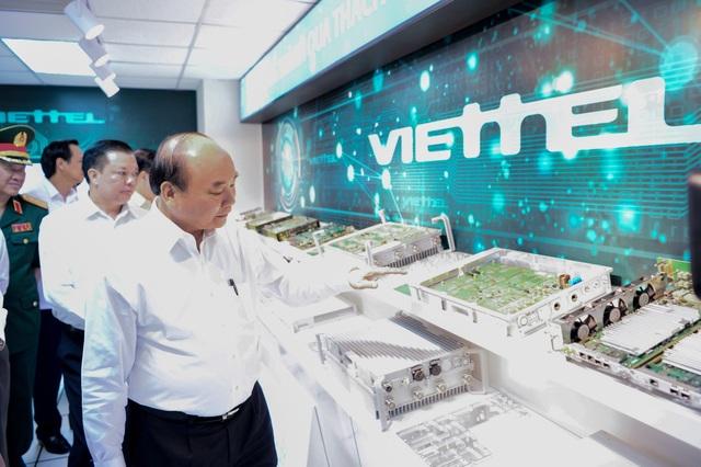 Thủ tướng tìm hiểu các thiết bị do Viettel sản xuất