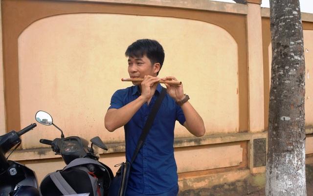 Niềm đam mê sáo trúc luôn hiện diện mọi nơi, mọi lúc với chàng trai trẻ này.