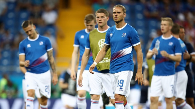 Các cầu thủ Iceland khởi động trên sân