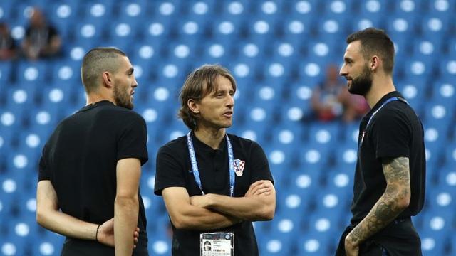 Modric (giữa) và các đồng đội ra sân trước trận đấu