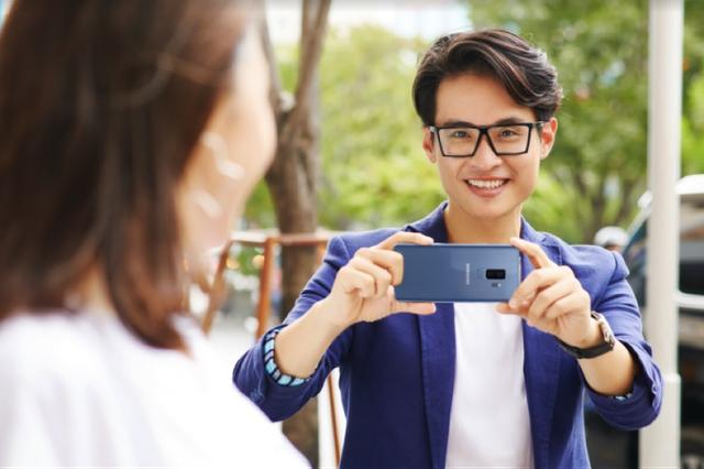 Khi đó, chiếc Galaxy S9+ của anh sẽ hoạt động hết năng suất, lúc thì đóng vai trò camera bắt trọn những khoảnh khắc truyền cảm hứng cho âm nhạc, lúc trở thành máy ghi âm để anh nghe lại giọng hát của mình ở bất kỳ đâu, lúc lại là thiết bị nghe nhìn giúp anh giữ mãi tâm hồn đậm chất thơ và lãng mạn.